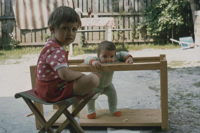 Julia im selbst gebauten Laufstall und die kleine Reina