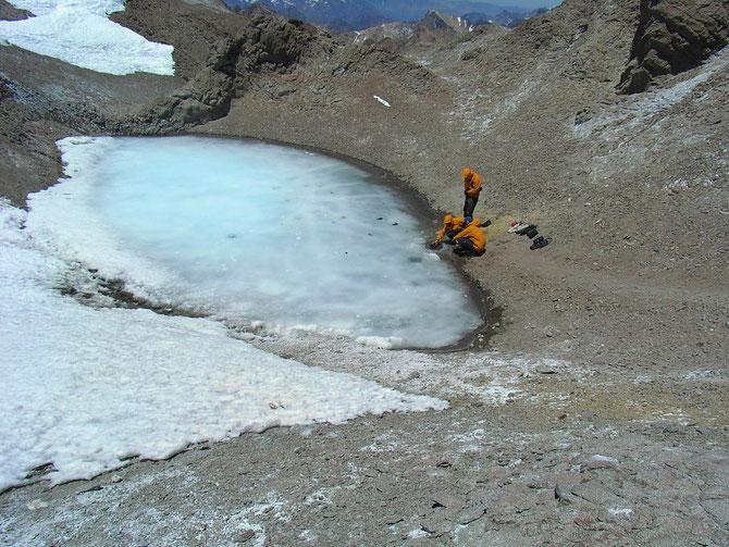 Einzige Wasserstelle auf Nido de Condores, aber zuerst musste das Eis aufgeschlagen werden. 15.01.2008