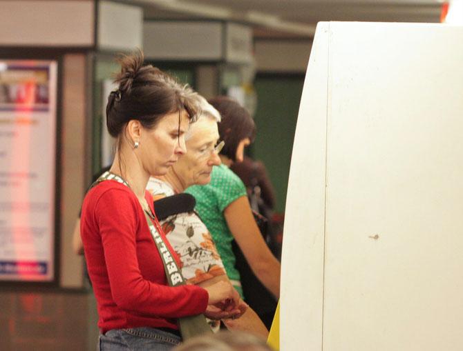 Volle Konzentration beim Ticketkauf, 08.07.2008, 17:48 Uhr
