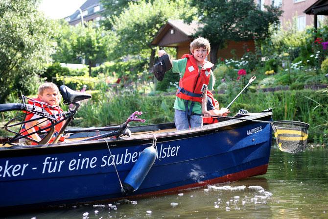 Manchmal erbeutet man auch ein Fahrrad - Schüler bei der aktiven Mithilfe beim Gewässerschutz.