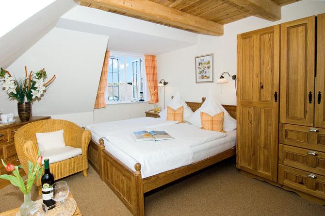 Doppelzimmer mit Möbeln aus 200 Jahre altem Pinienholz