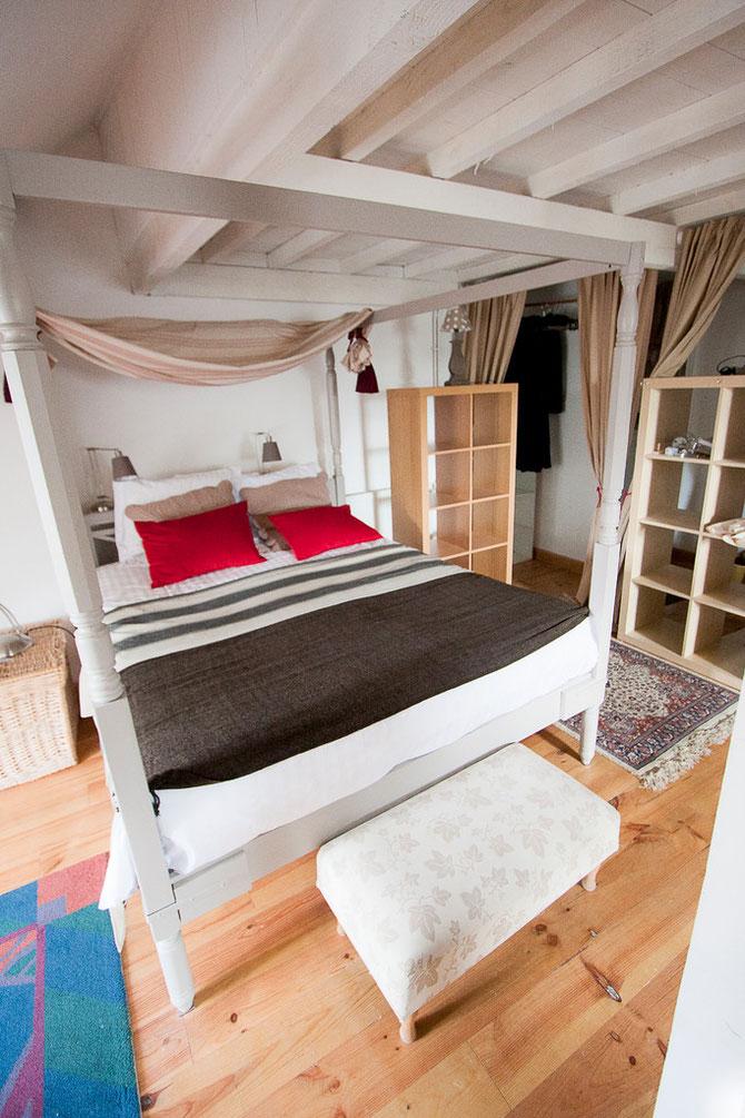 Chambre de 55m2 environ Vue latérale sur Loire.Salle de bain semi-ouverte avec douche,lavabo et wc séparés.Bureau,fauteuil,parquet,poutres apparentes.
