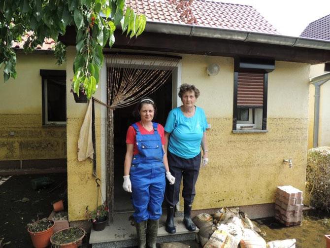 """Ute und Ilse Irrgang aus Kabelitz, es ist deutlich zu erkennen wie hoch die """"Brühe"""" stand"""