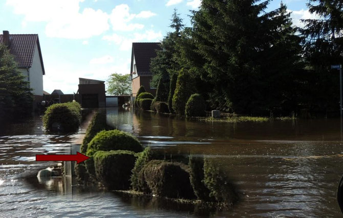 Der Pfeil zeigt wie hoch das Wasser an diesem Ort stand