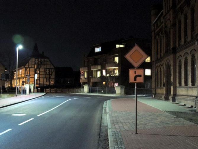 """Da ist es wieder, das Zusatzschild der """"abbiegenden Hauptstraße"""". Vor ein paar Tagen hing es noch auf der entgegenkommenden Straßenseite. Manches mal gibt es aber auch überhaupt kein Schild."""