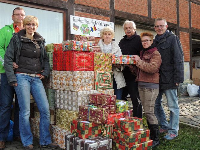 Hier in Stapelburg werden die Weihnachtsgaben gesammelt, Helga und Hilmar Rasche nahmen die gesammelten Pakete und Päckchen gern entgegen.