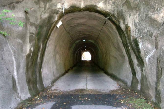 沖泊りへの入口トンネル