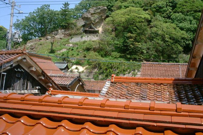 弥生の部屋から見た景観 赤い瓦が特長 上に見えるのが龍御前神社