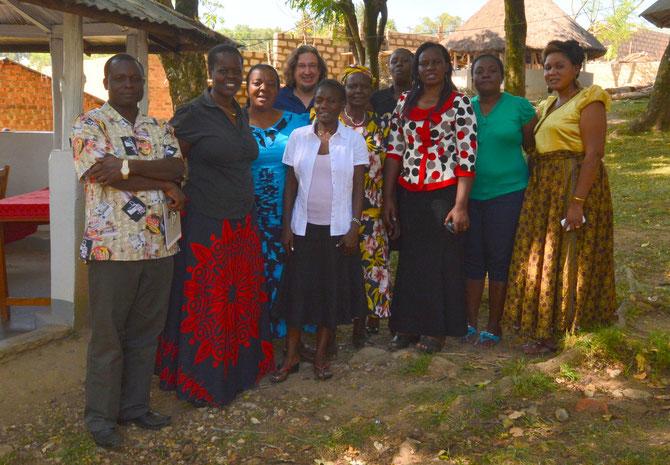 von Links nach Rechts: Laban (Kisa), Marianne (Kakamega), Wilhelmina (Shimayero), Jörg Mauch (Fair Aid e.V.), Celina (Solzialarbeiterin Kisa), Josephine (Kisa), Milka (Protokollantin), Esther (Projektmanagerin), Joan (Shimanyero), Aurelia (Direktorin)