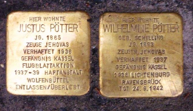 wie im Leben: die beiden nebeneinander liegenden Stolperstein für Wilhelmine und Justus Pötter