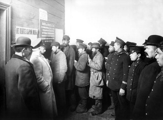Очередь в гостиницу для рабочих, устроенную Городским попечительством о народной трезвости. Санкт-Петербург. Ноябрь 1909