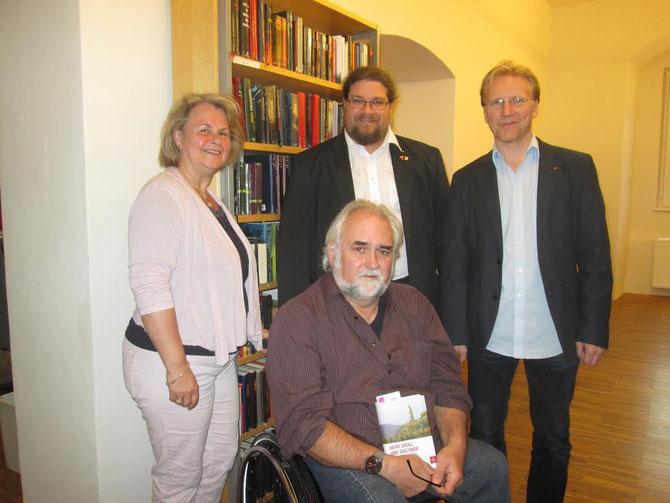 V.l.n.r.: Leiterin der Stadtbücherei Christiana Reischl, Autor Erwin Riess, GR Mag. Klaus Bergmaier, Behindertenbeauftragter Mag. Peter Binder. Foto: zVg