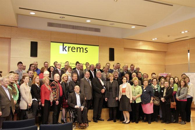 """Rund 100 Kremserinnen und Kremser beteiligten sich bei der 10. Zukunftskonferenz an der Arbeit für """"Krems 2030. Foto: Stadt Krems."""