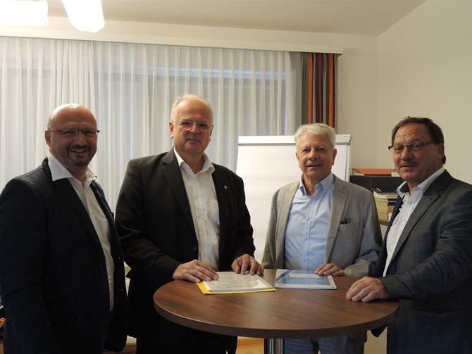 Gerhard Wildpert (GV), Bgm. Dr. Reinhard Resch, GV-Obmann Bgm. Walter Harauer und Christian Braun (Stadt Krems, von links) präsentieren die Jahresbilanz der Umladestation. © Stadt Krems.