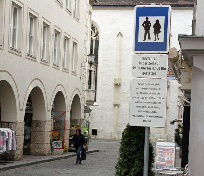 Auch in der Kirchengasse muss man nicht immer vom Rad absteigen. Radfahren ist hier, zwischen 19.00 Uhr und 7.00 Uhr, im Schritttempo, erlaubt. Foto: Stadt Krems.