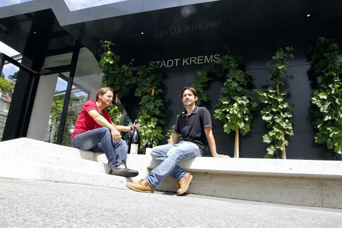 Fritz Miesbauer (li) und sein Kellermeister Peter Rethaller haben mit dem Grillenparz Riesling Reserve die höchste Punktezahl erreicht. © Stadt Krems.
