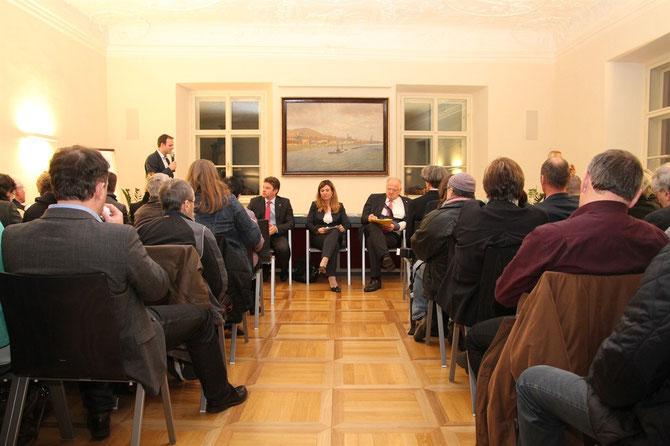 Der Infoabend stieß auf großes Interesse: Mehr als 100 Bürgerinnen und Bürger kamen mit ihren Fragen, Anliegen, Anregungen und Sorgen ins Rathaus Stein. Foto: zVg