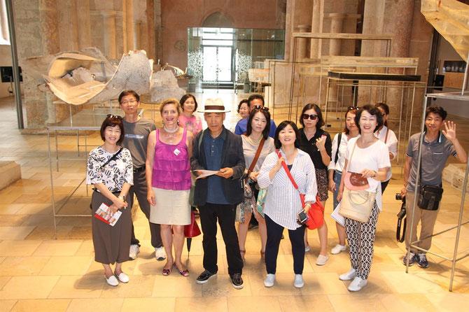 Die Dominikanerkirche mit dem Museum Krems und der Galerie Zeitkunst NÖ war eine der Stationen des Informationsbesuches koreanischer Journalisten in Krems. Helma Strizik führte die Gruppe an besonders sehenswerte Plätze.  © Stadt Krems.
