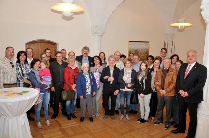Bgm. Dr. Reinhard Resch und Vizebgm. Gottfried Haselmayer begrüßten die Neo-Kremser in ihrer neuen Heimatstadt. Foto: Stadt Krems.