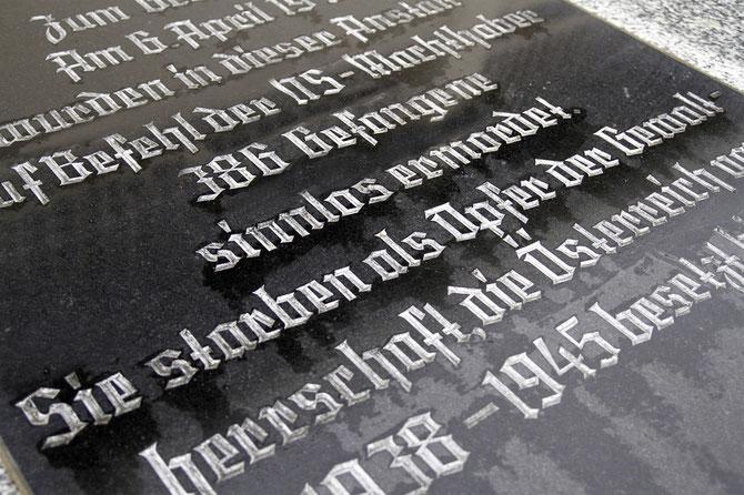 """Beim Denkmal im Empfangshof der Justizanstalt Stein wird bei der Gedenkfeier am 12. April der Opfer der """"Massaker von Stein"""" gedacht. Foto: Stadt Krems."""