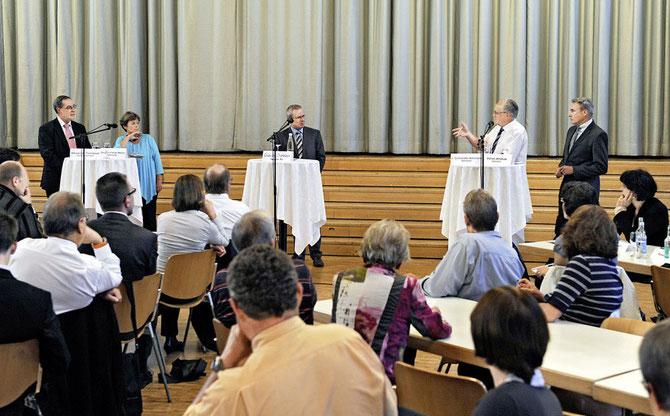 Angeregte Diskussion: Alexander Tschäppät, Margret Kiener Nellen, Moderator Claude Chatelain, Johann Schneider-Ammann und Adrian Amstutz (v.l.) debattieren in Belp über die ALV-Revision.