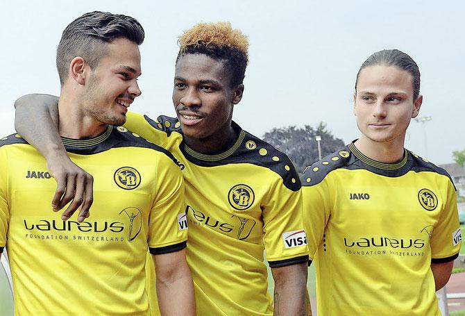 Die Stiftung Laureus ist YB-Trikotsponsor, ohne dafür zahlen zu müssen. Im Bild die jungen Spieler Marco Bürki, Pascal Doubai und Helios Sessolo (v.l.).