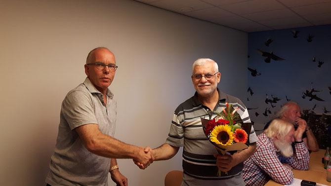 Vader van Ahmed Majid krijgt de bloemen voor de 1e prijs dit weekend