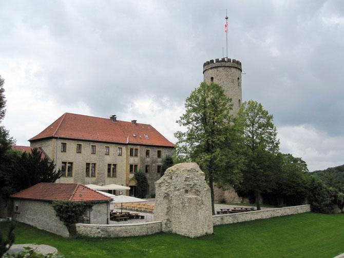 Bielefelder Sparrenburg, Blick vom Marienrondell auf die ehemalige Vorburg, den Burghof und den Bergfried