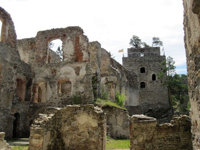 Burg Dobra, Burghöfe und Bergfried, Pölla