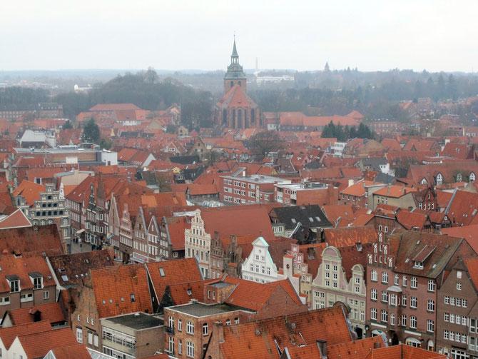 Blick auf die Lüneburger Altstadt mit der Kirche St. Michaelis und den Platz Am Sande