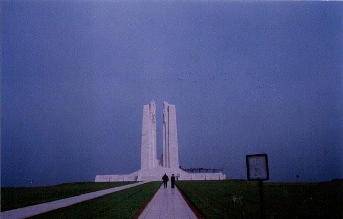 Les Canadiens ont édifié sur la colline de Vimy un ensemble mémorial de plus de 100ha (territoire Canadien) qui comprend un monument gigantesque de granit blanc