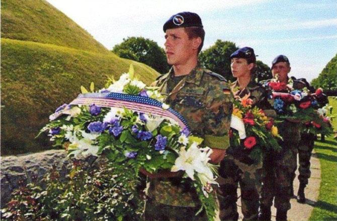 De jeunes soldats Allemands en juin 2009, au centre d'accueil et d'information avec exposition permanente. Jardin de la Paix : plantation de 1200 érables, symboles vivants de la paix entre les nations.