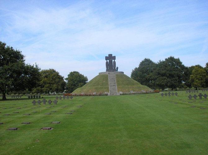Au centre, un tertre de six mètres de haut, surmonté d'une croix de granit, est le tombeau commun de 296 combattants