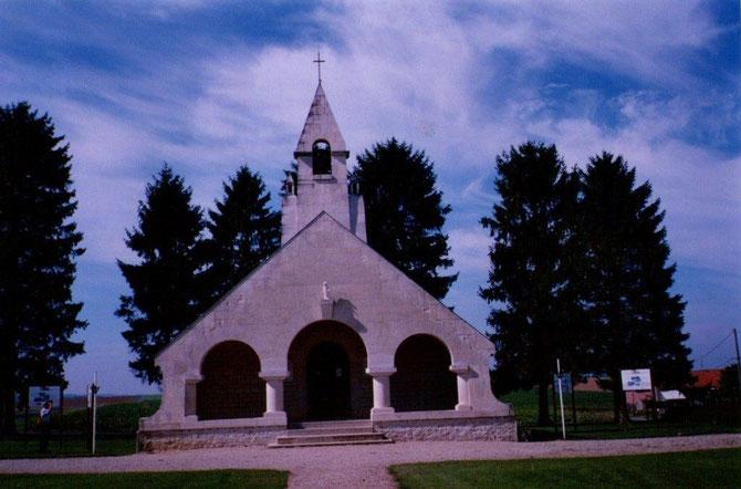 La bataille du chemin des Dames. A Cerny en Laonnais ou a été érigée une chapelle-mémoriale, une tour lanterne des morts  et de nombreux cimetières, en souvenir de tous les morts de cette région.