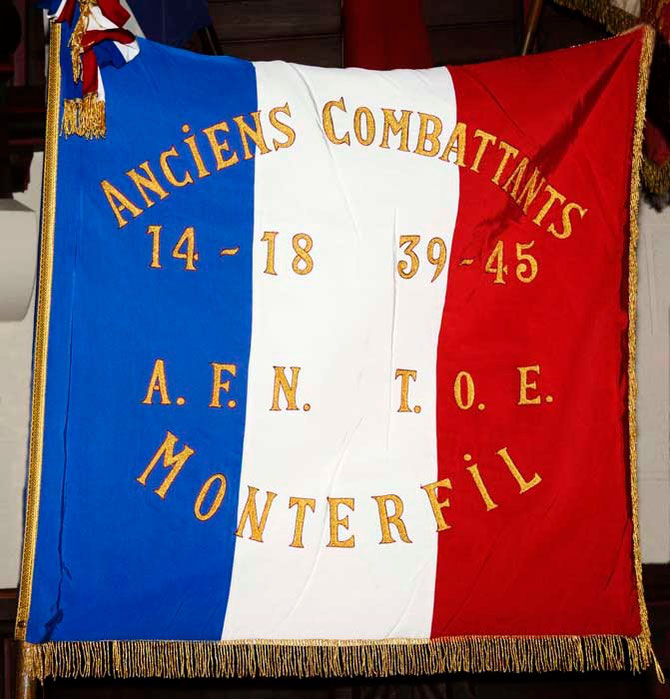 Un Drapeau représentant les 3 conflits pour les cérémonies et commémoration a été offert par la municipalité aux anciens combattant