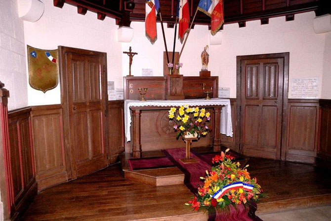 Les 3 Drapeaux des anciens combattants de la commune: pour les 3  guerres du 20ème siècle: 14-18: 39-45: AFN  sont regroupé  es exposé en permanence a l'intérieur de la chapelle