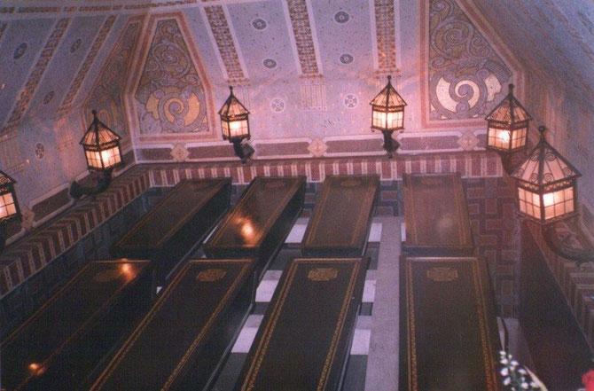 Une crypte où reposent huit cercueils de soldats inconnus dont un soldat 14-18, un soldat 39-45, les cendres d'un déporté, un soldat d'Indochine et un soldat d'Algérie