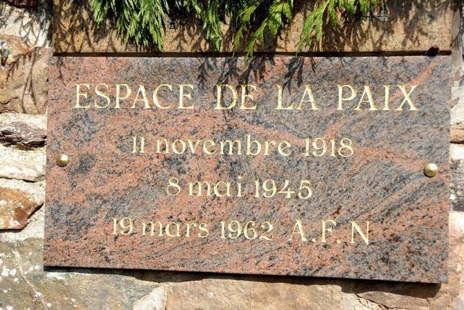 Plaque du souvenir en mémoire des conflits qui ont endeuillé le 20ème siècle, inauguré le 19 Mars 2009