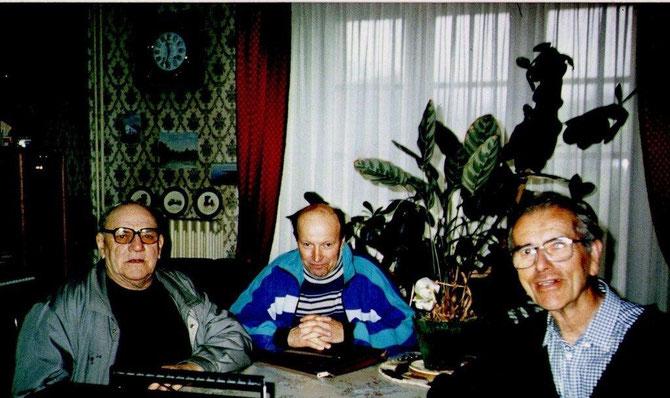 Jean Macé (à gauche) lors de son entretien avec Alexandre Boucard (au centre) au domicile Bernard Hervault, ancien Maire de Tréffendel