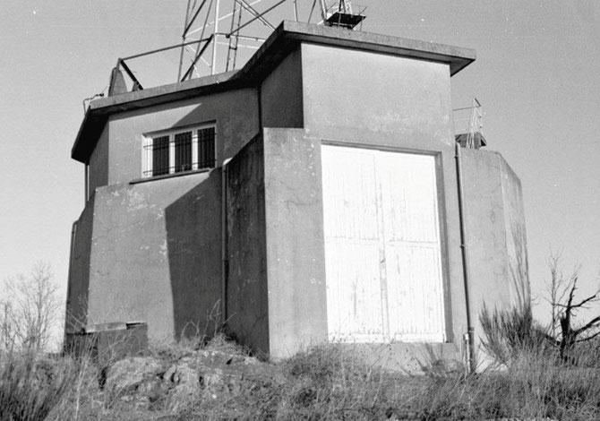 La  partie inférieure un mètre d'épaisseur fut construite pendant  l'année 1943 pour protéger l'antenne Gonio, chargée d'envoyer ou récupérer des messages clandestins, il en fut construit deux