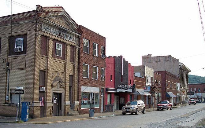 Vista de una avenida en la Ciudad de Clendenin