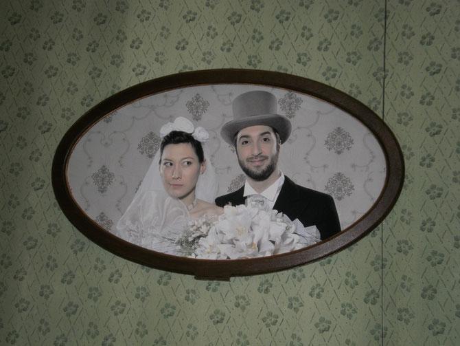 """""""Drum prüfe wer sich ewig bindet"""", Sumi Kittelberger ( Coraline), Flurin Caduff ( Don Belfior), Hochzeitsbild ( mit Hausbar dahinter)"""