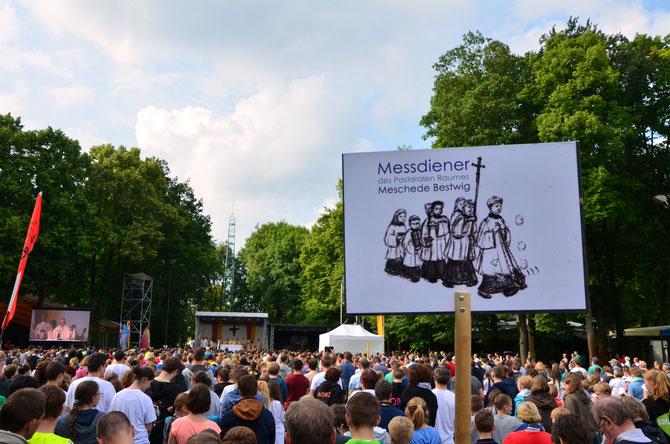 8.000 Messdiener nahmen an dem Abschlussgottesdienst der 3. Nordwestdeutschen Ministrantenwallfahrt auf dem Paderborner Schützenplatz teil.
