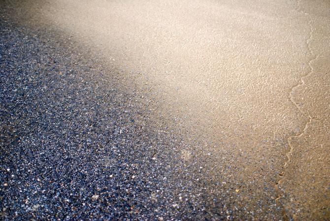 風の強い海、ポリタンクの水に砂が