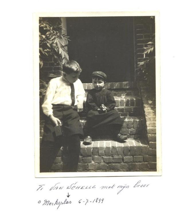 """Dit is de trap aan de voordeur van  """" Hof Ter Stokere""""  met de jonge Ti Van Schelle (links) en Jos Van Loon , de zoon van de toenmalige conciërgeboer , omstreeks 1910."""