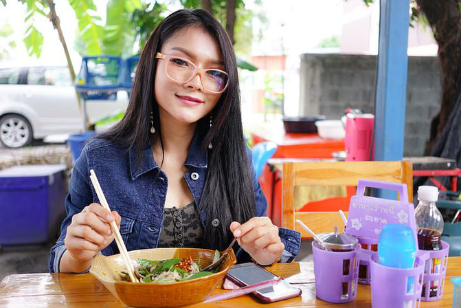 タイ人女性、タイ人従業員、