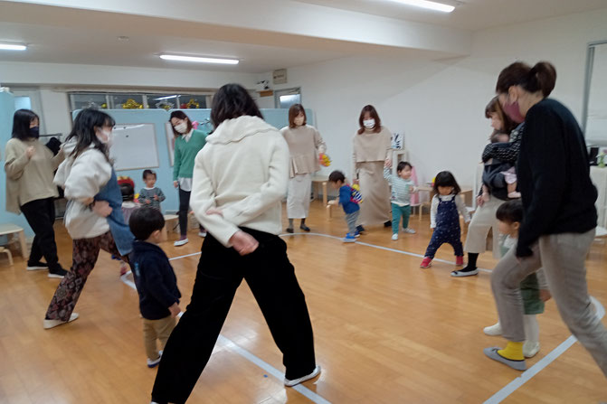 幼児教室のリトミックで、1歳児がピアノとともに「大きく大きくなあれ!」のかけ声で、赤浅間がリフトアップしています。