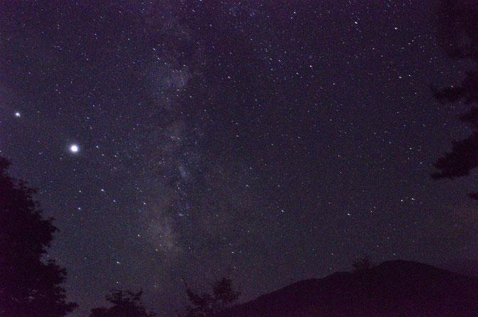 8月12日 ペルセウス流星群の日でした。網張駐車場やペンション村の上の空き地には何台も車が止まっていました。私も肉眼で3つくらいは流れ星を見れたかな。写真はペンション庭より。