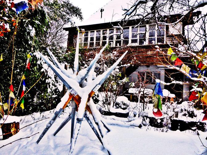 Pedro Meier – Skulptur / Atelierhaus – Tibetische Gebetsfahnen – Skulpturengarten im Schnee– Maler und Bildhauer – Plastik – Foto © Pedro Meier Multimedia Artist / SIKART Zürich Visual Art – Gerhard Meier Weg Niederbipp alias Amrain Bern– bei Solothurn