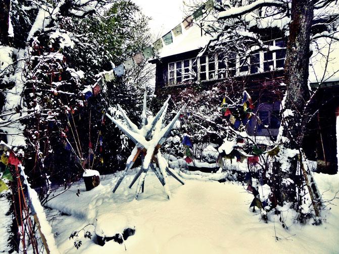 Pedro Meier – Holz-Eisen Skulptur im Schnee – Tibetische Gebetsfahnen – Skulpturengarten Niederbipp – Maler und Bildhauer – Plastik – Foto © Pedro Meier Multimedia Artist / SIKART Zürich Visual Art – Gerhard Meier Weg Niederbipp, Amrain Bern Oberaargau